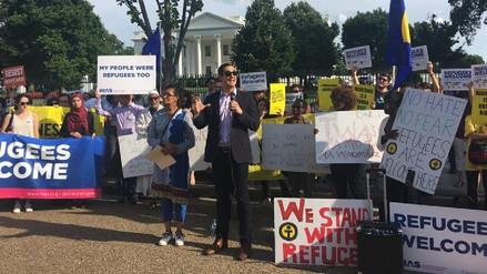 Decenas de activistas protestaron contra Trump frente a la Casa Blanca