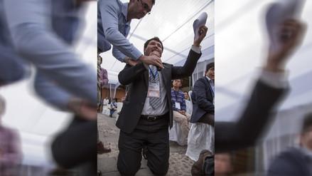 Alcalde pide de rodillas agua potable al presidente de la República