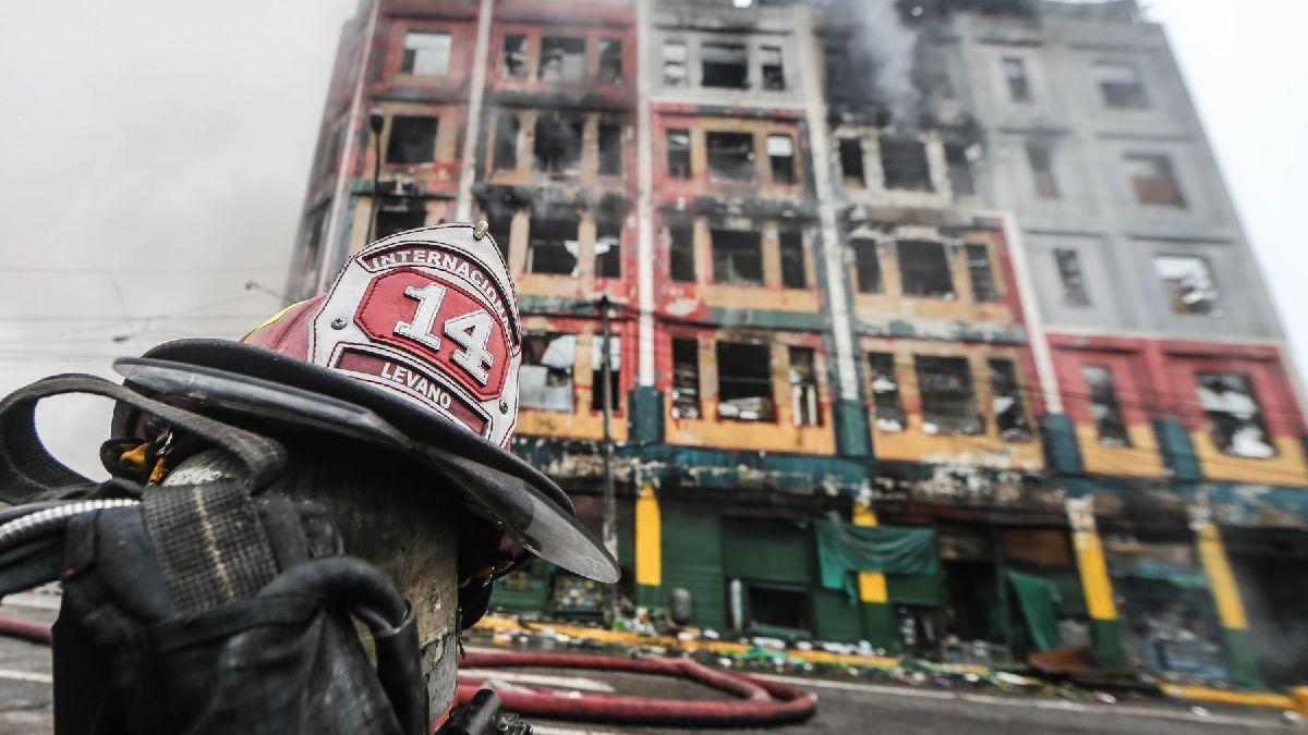 Los bomberos confinaron el incendio galería de Las Malvinas