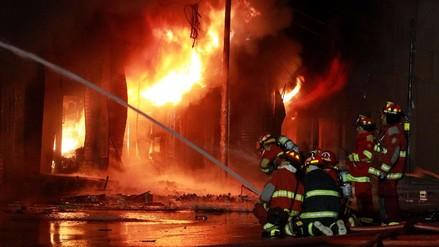 El trabajo de los bomberos durante la noche y madrugada para controlar el incendio