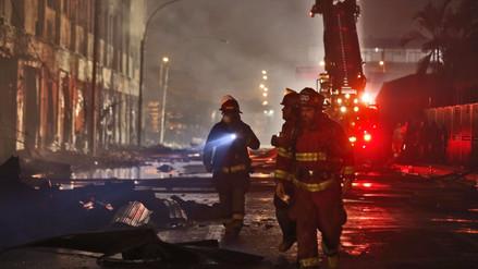 Los bomberos siguen trabajando para apagar fuego y llegar a contenedores