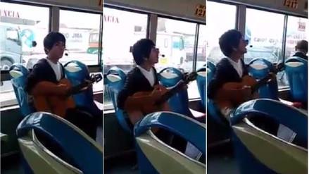 El cover de Wonderwall en un bus que cautiva Facebook