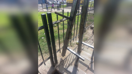 Los Olivos: Estructura metálica de paradero urbano a punto de caer