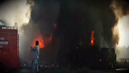 Más de 100 muertos tras explosión de un camión de combustible en Pakistán