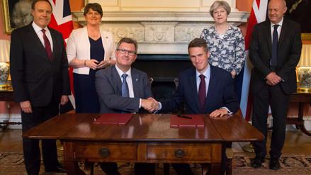 May se alía al ultraconservador DUP norirlandés para gobernar Reino Unido