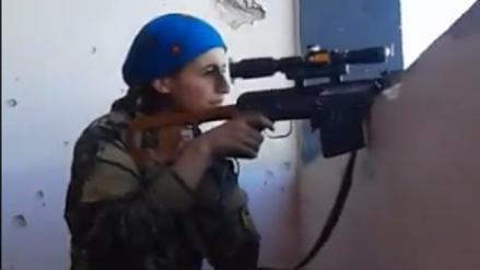 La increíble reacción de una francotiradora kurda tras salvarse de una bala del ISIS