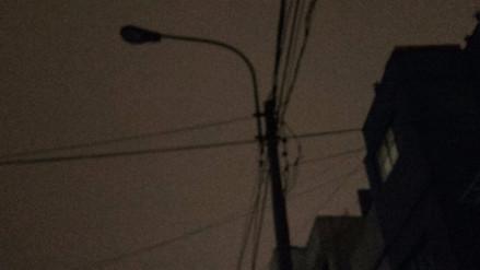 Postes de alumbrado público apagados atemorizan a vecinos de varios distritos