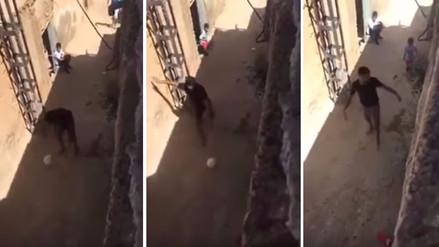 Riyad Mahrez juega al fútbol descalzo en su aldea argelina