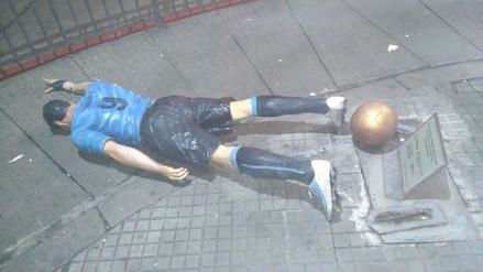Sujeto derribó la estatua de Luis Suárez en Uruguay y dejó un mensaje