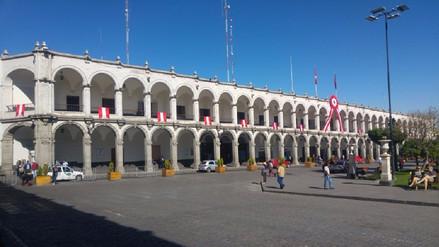 Plaza de Armas de Arequipa ya luce símbolos patrios