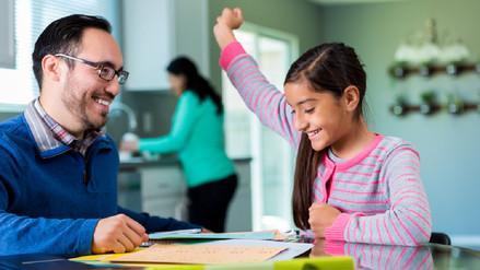 Cómo ayuda el juego de roles entre padres e hijos