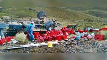 Camión con mil cajas de cervezas se accidenta en Santiago de Chuco