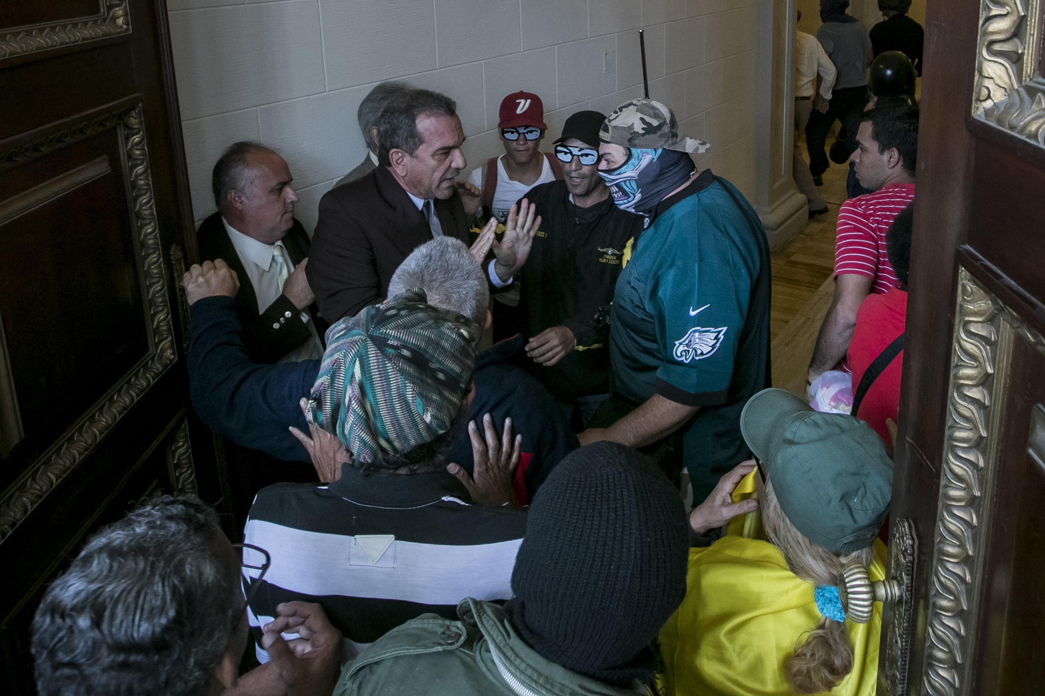 Chavistas irrumpen y hieren a diputados en la Asamblea Nacional de Venezuela