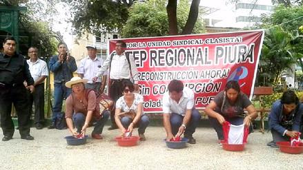 Maestros piuranos 'celebran' su día lavando banderas en plaza de armas
