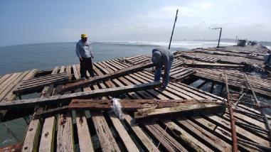 Fuertes oleajes causan daños en muelle de Puerto Eten