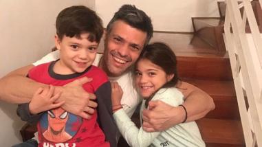 Esta es la primera imagen de Leopoldo López tras abandonar la cárcel