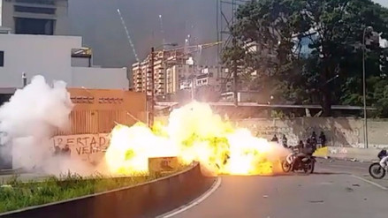 Manifestantes lanzaron un explosivo contra la GNB en Venezuela