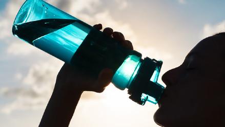 Reutilizar las botellas de plástico puede enfermarte, según estudio