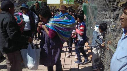 Manifestantes cerraron puente con cadena en Cachicata-Ollantaytambo