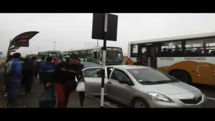 Santa Anita: Micros y combis continúan dejando pasajeros en la pista