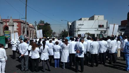 Médicos bloquearon transitada avenida de Arequipa