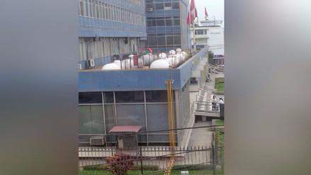 Vecinos temen por tanques de gas en el techo del Hospital de la FAP