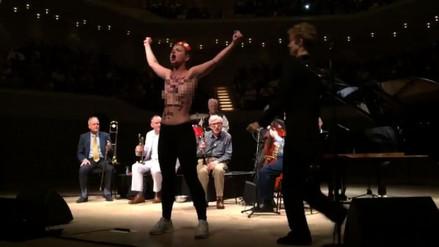 Dos activistas de Femen interrumpieron un concierto de Woody Allen