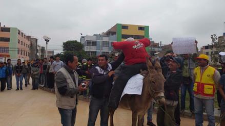 Mototaxistas protestan con burro en frontis de municipio