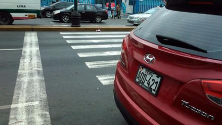 Callao: Conductor se estaciona en pleno paso peatonal y en línea amarilla