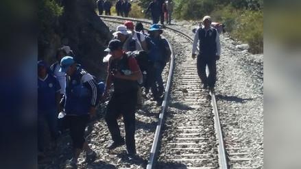 Vía del tren a Machu Picchu bloqueada por profesores