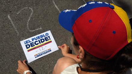 Miles de venezolanos votan en plebiscito contra Nicolás Maduro