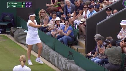Así reaccionó una tenista en Wimbledon cuando un asistente le dijo cómo debía sacar