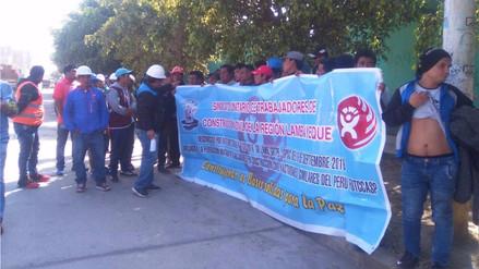 Protestan exigiendo puestos de trabajo en obra de colegio