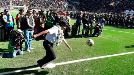 Evo Morales le dio un pelotazo a dos militares en la inauguración de un estadio