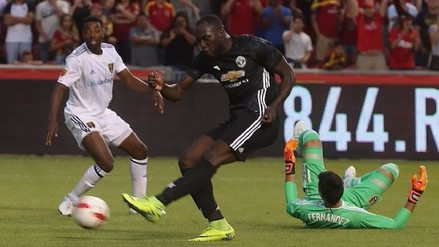 Lukaku enganchó al defensa, al arquero y anotó un golazo con el United