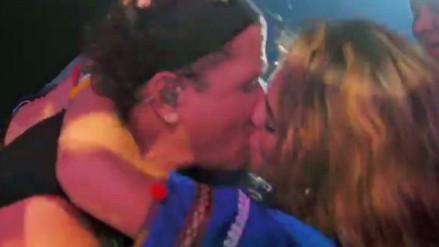 Fanática le roba un beso a Carlos Vives en pleno concierto