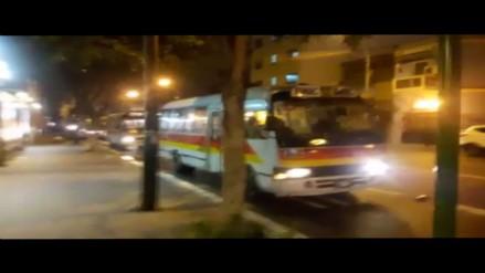 Barranco: Microbuses se estacionan en plena Av. Nicolás de Piérola