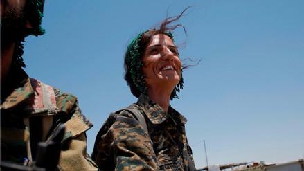 Las mujeres enseñan los dientes en la lucha contra el ISIS en Siria