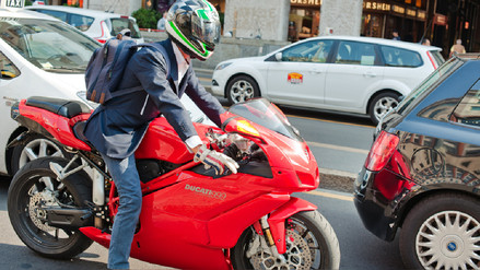 La moto puede llegar a ser un buen complemento del transporte público