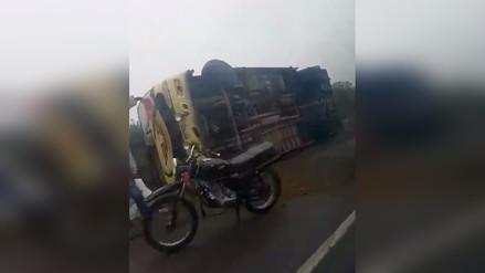 Bus con treinta escolares se voltea en Chicama