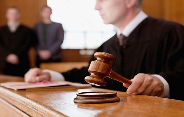 ¿Cuál es el trabajo de un fiscal, un contralor y un juez?