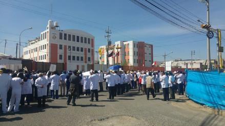 """Médicos realizaron marcha de los """"mandiles blancos"""""""