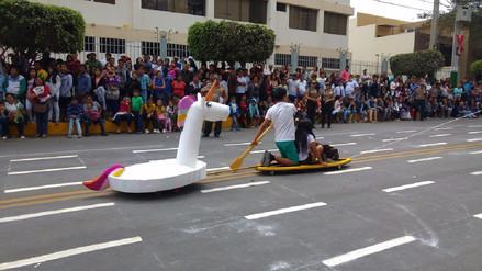 Recrean escena de joven y su unicornio durante desfile por Fiestas Patrias