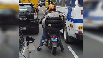 Conductores reportan imprudencia de acompañante de motociclista en San Isidro