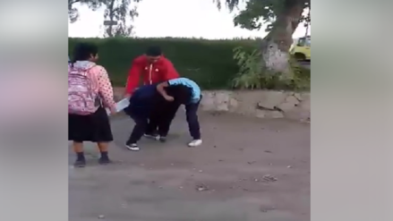 Captan a escolares de Pomalca peleándose afuera de su colegio