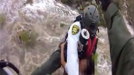 Video | El dramático rescate de un niño que quedó aislado por inundaciones
