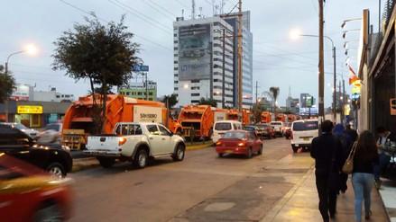Camiones de basura se estacionan en línea amarilla de la av. Nicolás Arriola