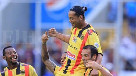 ¡Cargado en hombros! Ronaldinho se lució en un partido amistoso en Honduras