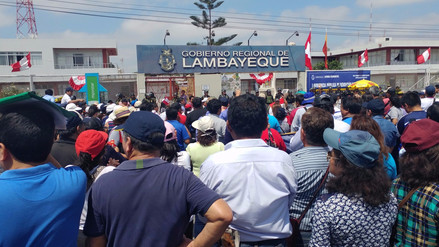 Profesores lambayecanos protestan durante primera audiencia regional