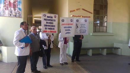 Médicos ratifican huelga indefinida pese a anuncio de descuento de sueldos